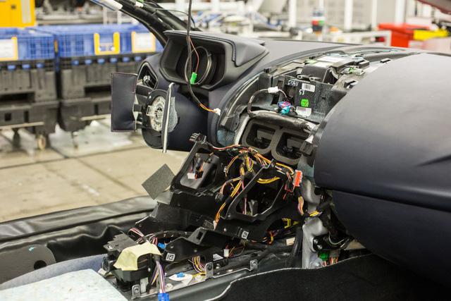 Khám phá dây chuyền sản xuất mãnh thú Aston Martin DB11 - Ảnh 10.