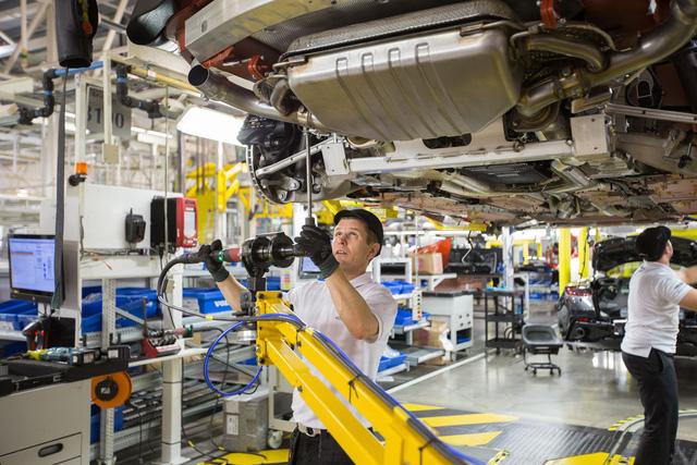 Khám phá dây chuyền sản xuất mãnh thú Aston Martin DB11 - Ảnh 20.