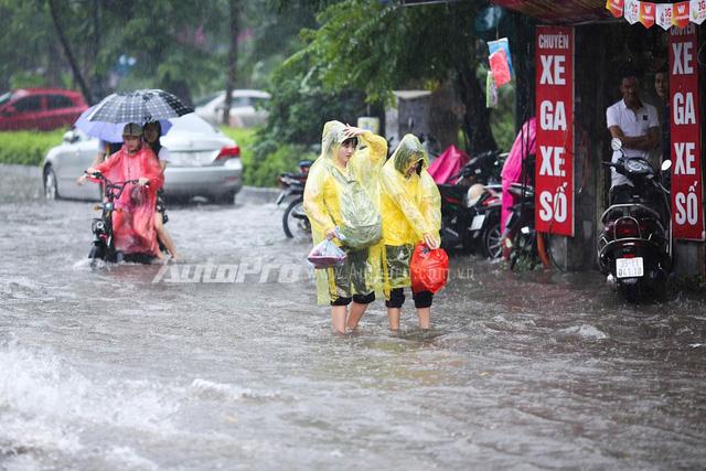 Mưa lớn từ giữa trưa, nhiều tuyến phố tại Hà Nội ngập sâu - Ảnh 1.