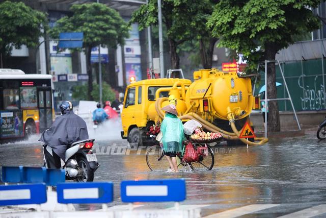 Mưa lớn từ giữa trưa, nhiều tuyến phố tại Hà Nội ngập sâu - Ảnh 4.