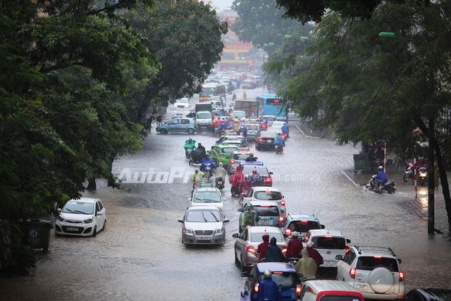 Mưa lớn từ giữa trưa, nhiều tuyến phố tại Hà Nội ngập sâu - Ảnh 5.