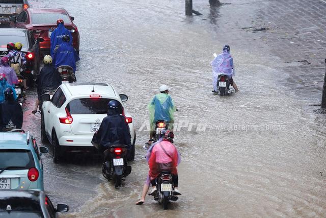 Mưa lớn từ giữa trưa, nhiều tuyến phố tại Hà Nội ngập sâu - Ảnh 6.