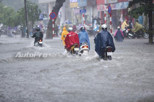 Mưa lớn từ giữa trưa, nhiều tuyến phố tại Hà Nội ngập sâu - Ảnh 7.
