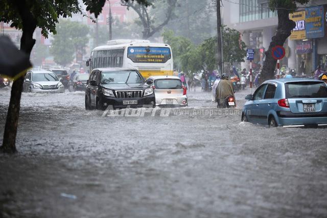 Mưa lớn từ giữa trưa, nhiều tuyến phố tại Hà Nội ngập sâu - Ảnh 8.