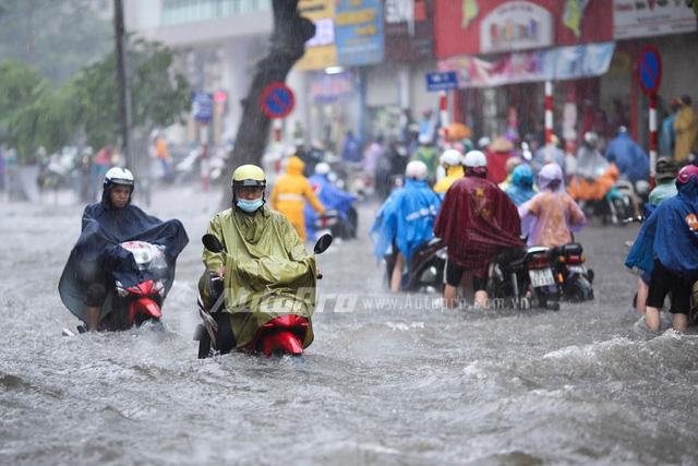 Mưa lớn từ giữa trưa, nhiều tuyến phố tại Hà Nội ngập sâu - Ảnh 9.