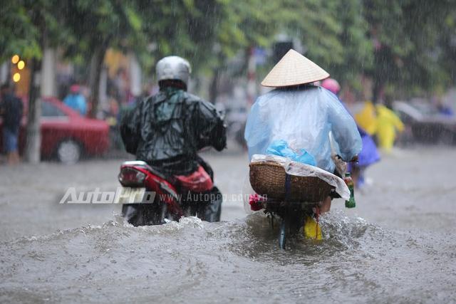Mưa lớn từ giữa trưa, nhiều tuyến phố tại Hà Nội ngập sâu - Ảnh 11.