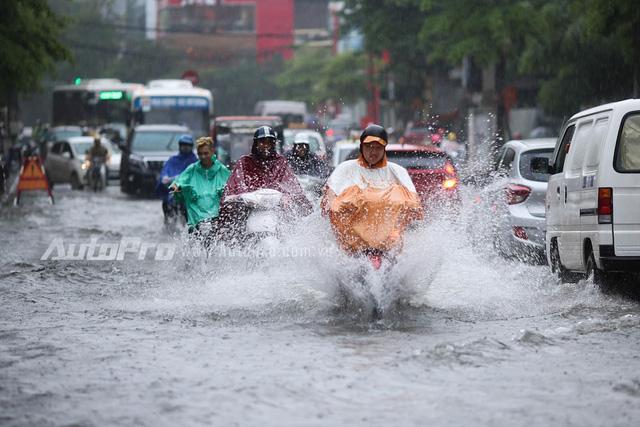 Mưa lớn từ giữa trưa, nhiều tuyến phố tại Hà Nội ngập sâu - Ảnh 12.