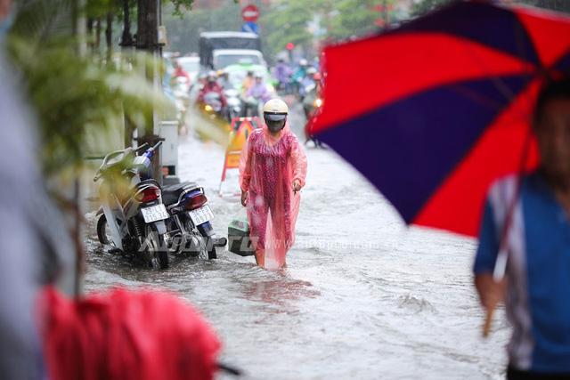 Mưa lớn từ giữa trưa, nhiều tuyến phố tại Hà Nội ngập sâu - Ảnh 13.