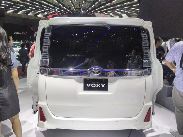 Toyota Voxy 2017 - xe MPV sang chảnh hơn Innova nhưng kém Alphard - chính thức ra mắt Đông Nam Á - Ảnh 4.