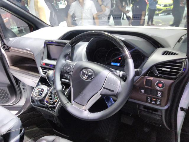 Toyota Voxy 2017 - xe MPV sang chảnh hơn Innova nhưng kém Alphard - chính thức ra mắt Đông Nam Á - Ảnh 6.