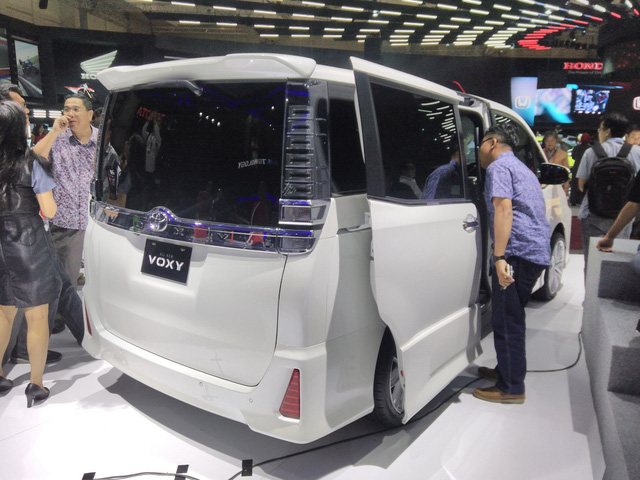 Toyota Voxy 2017 - xe MPV sang chảnh hơn Innova nhưng kém Alphard - chính thức ra mắt Đông Nam Á - Ảnh 8.