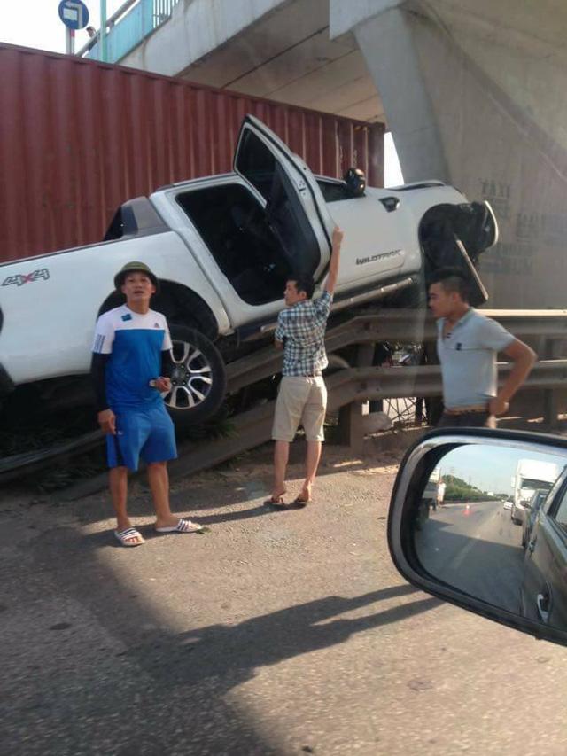 Hải Dương: Xe bán tải Ford Ranger leo lên dải ta-luy, đâm vào trụ cầu vượt - Ảnh 4.
