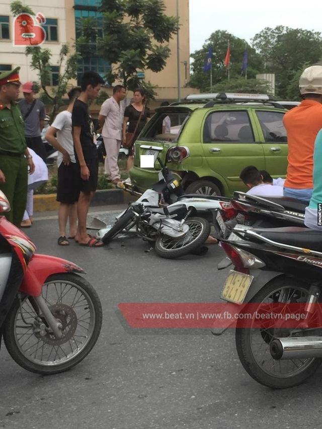 Chạy với tốc độ bàn thờ, 2 thanh niên lao xe máy vào đuôi ô tô ở hầm chui Thanh Xuân - Ảnh 1.