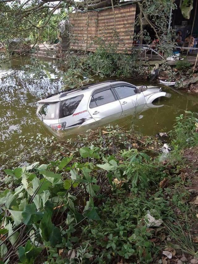 Hà Nội: Toyota Fortuner hạ gục cột đèn, lao xuống ao - Ảnh 2.
