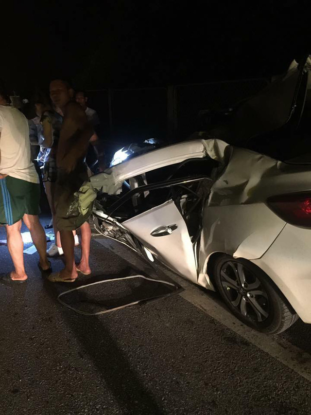Đâm vào đuôi xe tải trên cao tốc Hà Nội - Thái Nguyên, Mazda3 bị vò nát - Ảnh 3.