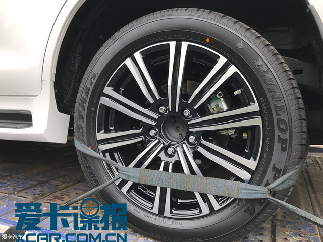 Bt gp SUV hng sang Lexus LX570 Superior mi trn ng ph - nh 3