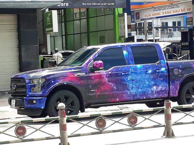 Ford F-150 Platinum khoác bộ cánh dải ngân hà bị bắt gặp trên đường Sài Gòn - Ảnh 1.