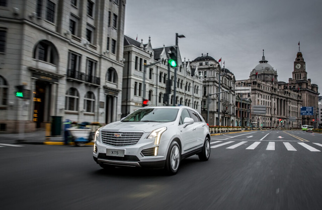 SUV hạng sang Cadillac XT5 có thêm phiên bản tiết kiệm xăng, giá từ 1,86 tỷ Đồng - Ảnh 1.