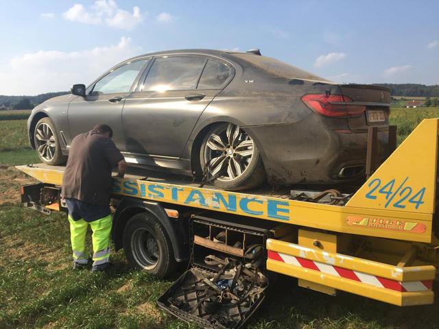 Đây là một trong những chiếc BMW M760Li 2017 đầu tiên gặp nạn trên toàn thế giới - Ảnh 2.