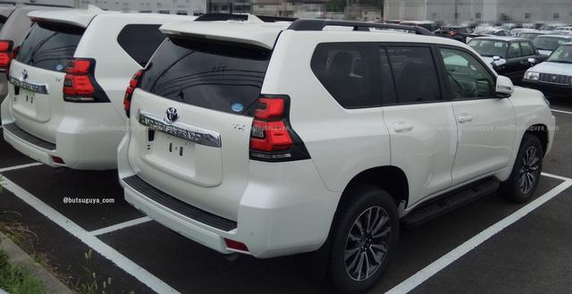 Dàn Toyota Land Cruiser Prado 2018 xếp hàng dài trong sân đại lý, chờ ngày giao cho khách - Ảnh 4.