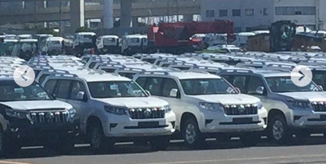 Dàn Toyota Land Cruiser Prado 2018 xếp hàng dài trong sân đại lý, chờ ngày giao cho khách - Ảnh 2.