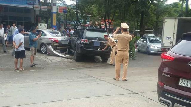 Lào Cai: Xe Mazda đâm Toyota Fortuner và Toyota Vios tại cây xăng - Ảnh 3.