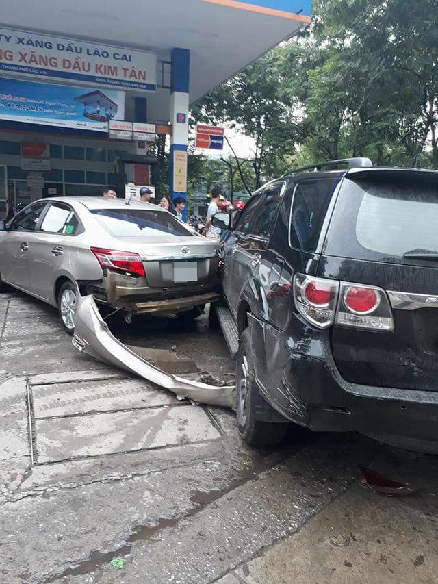 Lào Cai: Xe Mazda đâm Toyota Fortuner và Toyota Vios tại cây xăng - Ảnh 2.