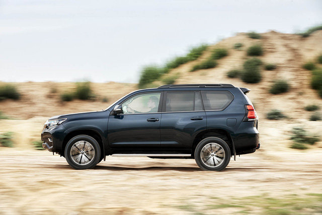 Toyota chính thức vén màn SUV được mong chờ Land Cruiser Prado 2018 - Ảnh 2.