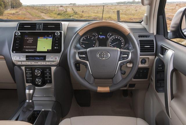 Toyota chính thức vén màn SUV được mong chờ Land Cruiser Prado 2018 - Ảnh 9.