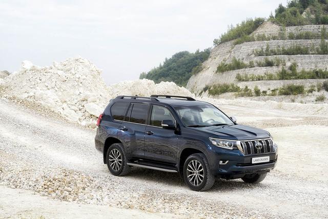 Toyota chính thức vén màn SUV được mong chờ Land Cruiser Prado 2018 - Ảnh 14.