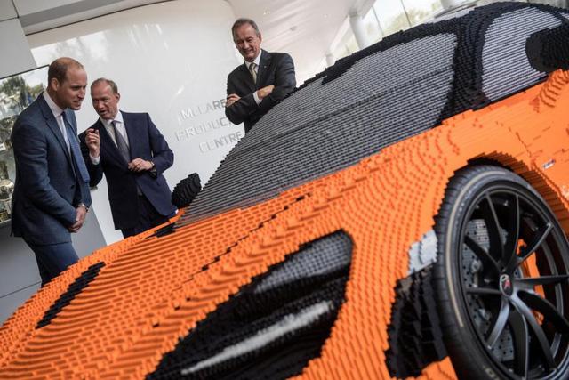 Hoàng tử Anh thích thú khi chạm mặt chiếc McLaren 720S làm bằng hơn 200.000 miếng lego - Ảnh 2.