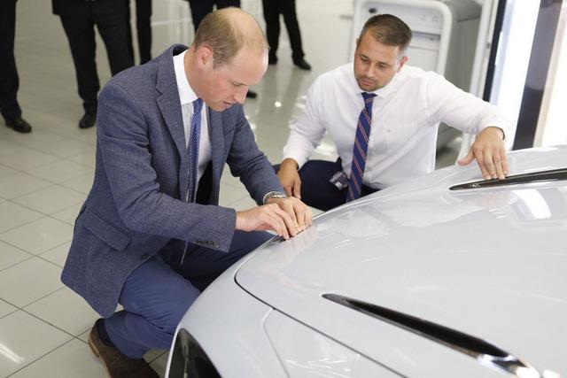 Hoàng tử Anh thích thú khi chạm mặt chiếc McLaren 720S làm bằng hơn 200.000 miếng lego - Ảnh 4.