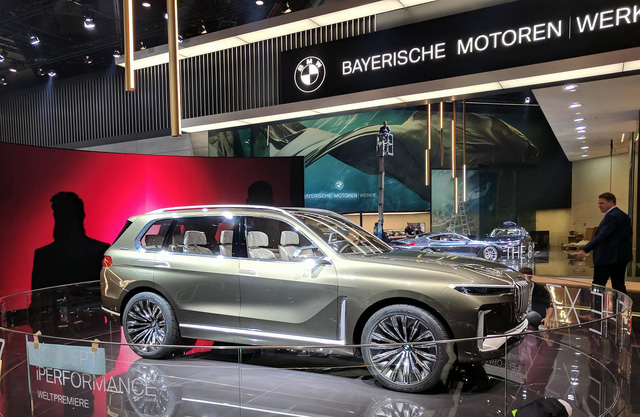 Mãn nhãn với vẻ đẹp ngoài đời thực của BMW X7 iPerformance - đối thủ tương lai dành cho Lexus LX - Ảnh 2.