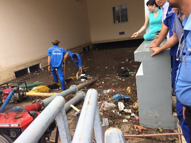 Mưa lớn kéo dài tại Bà Rịa - Vũng Tàu khiến hàng loạt ô tô chết đuối trong hầm chung cư - Ảnh 2.