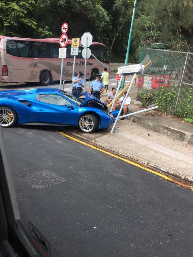 Ferrari 488 Spider húc đổ cột biển báo trong tai nạn tốc độ cao, tài xế khai tránh chó chạy qua đường - Ảnh 3.