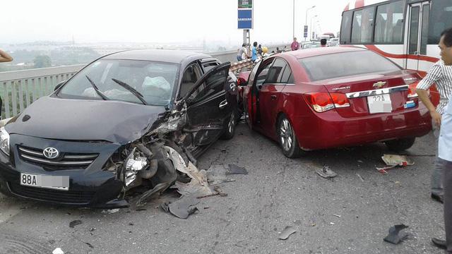 Chạy lấn làn trên cầu Thăng Long, Chevrolet Cruze đâm nát đầu, bung túi khí Toyota Corolla Altis - Ảnh 3.
