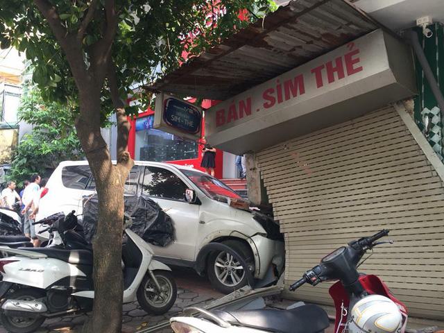 Hà Nội: Lái ô tô đâm vỡ tường cửa hàng, tài xế bị chủ nhà đòi đền bù 200 triệu Đồng - Ảnh 1.