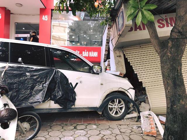 Hà Nội: Lái ô tô đâm vỡ tường cửa hàng, tài xế bị chủ nhà đòi đền bù 200 triệu Đồng - Ảnh 2.