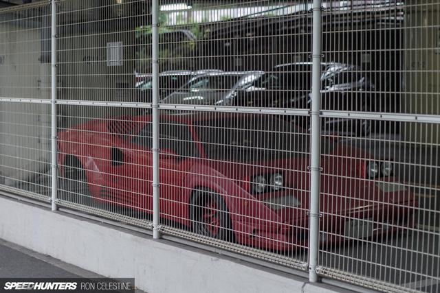Siêu bò Lamborghini Countach bản đặc biệt mất 1 bánh và bị lãng quên trong bãi gửi xe - Ảnh 1.