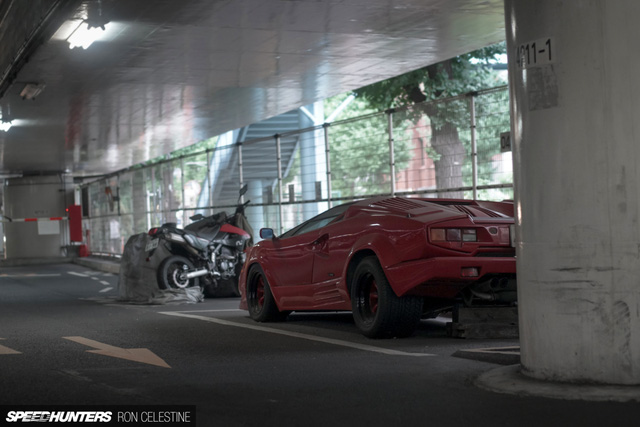 Siêu bò Lamborghini Countach bản đặc biệt mất 1 bánh và bị lãng quên trong bãi gửi xe - Ảnh 9.