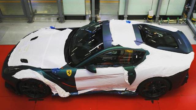 Siêu xe Ferrari F12tdf đặt riêng của thánh cuồng màu xanh lộ diện - Ảnh 1.