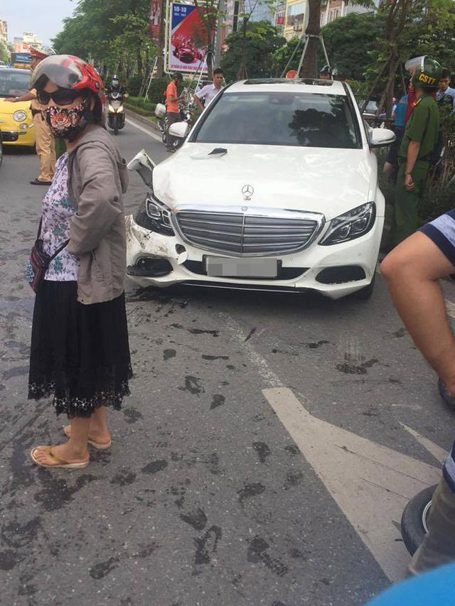 Hà Nội: Lái Mercedes-Benz C250 gây tai nạn liên hoàn, tài xế cố thủ trong xe - Ảnh 1.