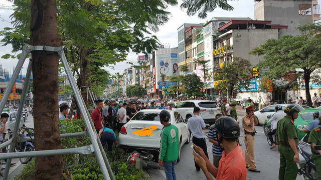 Hà Nội: Lái Mercedes-Benz C250 gây tai nạn liên hoàn, tài xế cố thủ trong xe - Ảnh 7.