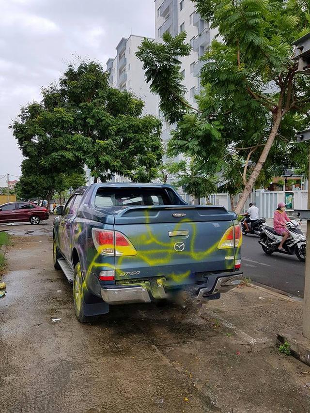 Đà Nẵng: Đỗ trên vỉa hè, ô tô bán tải Mazda BT-50 bị sơn chằng chịt quanh xe - Ảnh 1.