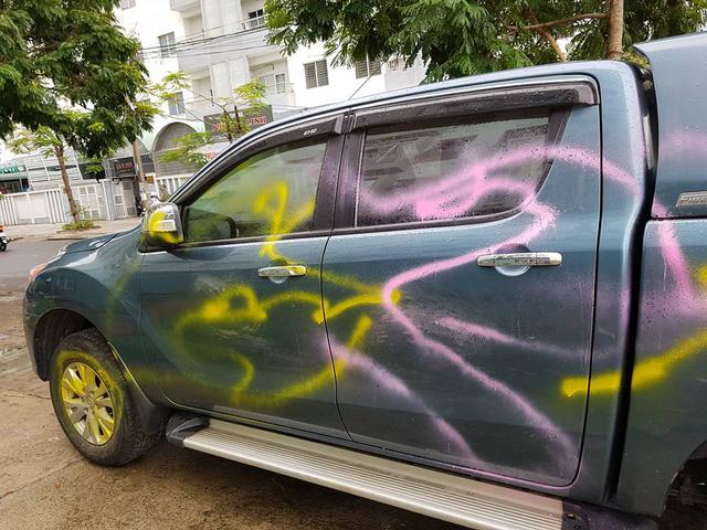 Đà Nẵng: Đỗ trên vỉa hè, ô tô bán tải Mazda BT-50 bị sơn chằng chịt quanh xe - Ảnh 2.
