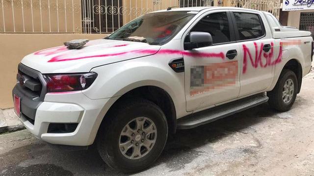 Đà Nẵng: Đỗ trên vỉa hè, ô tô bán tải Mazda BT-50 bị sơn chằng chịt quanh xe - Ảnh 4.