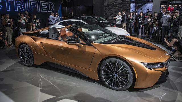 BMW i8 Roadster 2018 mới ra mắt: Dỡ bỏ trần xe và động cơ mạnh mẽ hơn