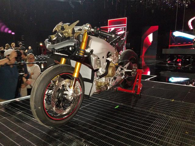 Ducati Panigale V4 - Siêu mô tô mạnh nhất lịch sử - Ảnh 7.