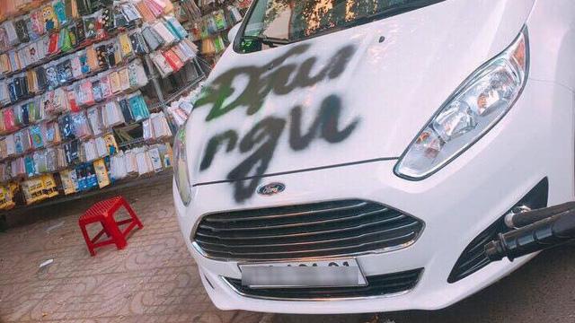 Đắk Lắk: Ford Fiesta bị xịt sơn lên nắp capô vì đỗ chắn cửa