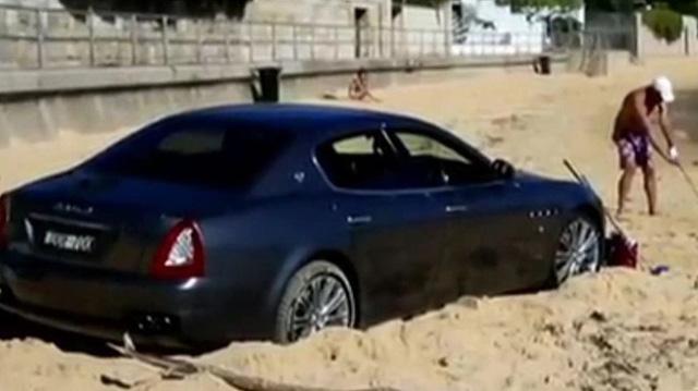 Porsche 911 mui trần bị mắc kẹt trên bãi cát gần biển Riviera của Pháp - Ảnh 1.